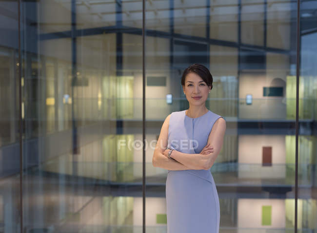 Porträt selbstbewusste Geschäftsfrau im modernen Büro-Atrium — Stockfoto