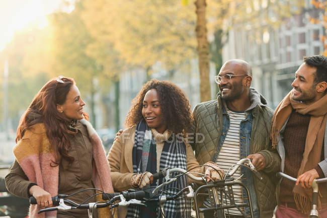 Amis vélo sur la rue d'automne urbaine — Photo de stock