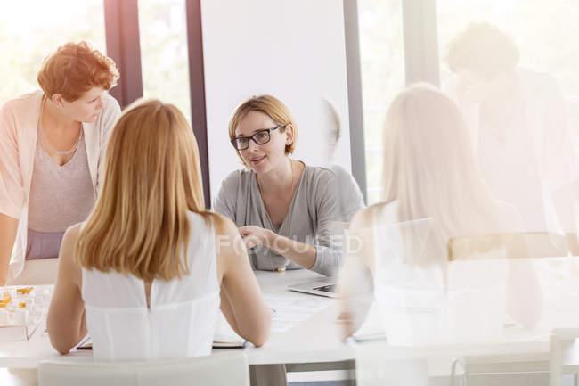 Réunion des femmes d'affaires dans la salle de conférence au bureau moderne — Photo de stock