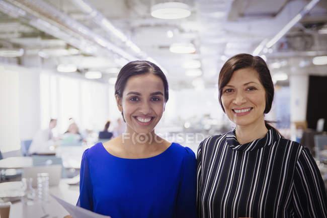 Portrait femmes d'affaires souriantes et confiantes — Photo de stock