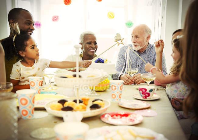 Багатоетнічного мульти покоління родини відзначати день народження в таблиці — стокове фото