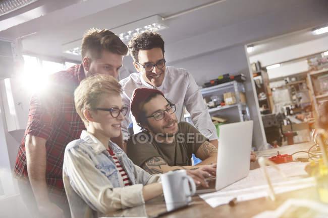 Designers travaillant sur ordinateur portable en atelier — Photo de stock