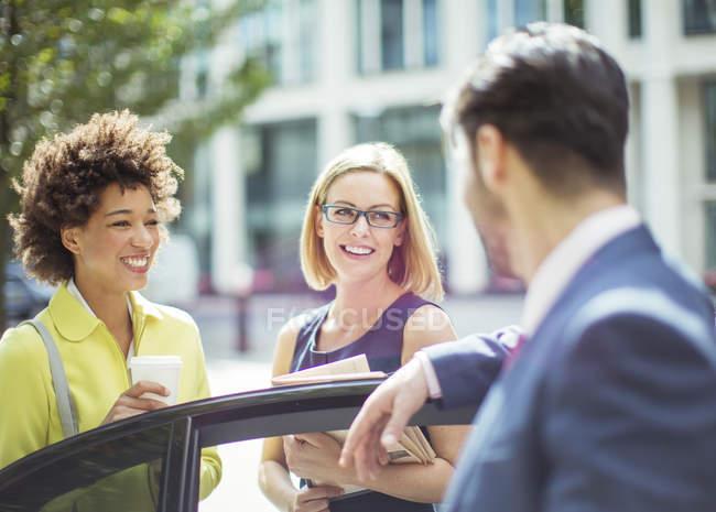 Geschäftsleute reden in der Nähe von Auto — Stockfoto