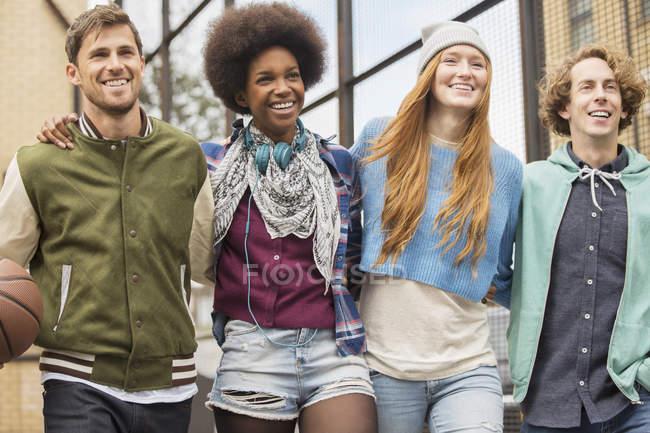 Groupe multi ethnique amis marcher ensemble sur la rue — Photo de stock