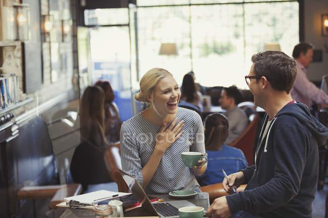 Креативные бизнесмен, предприниматель говорить и пить кофе в кафе — стоковое фото