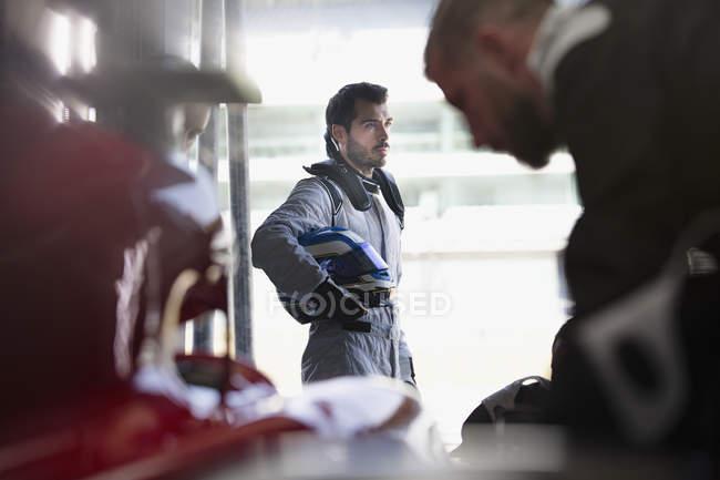 Ernsthafte Formel 1 Rennfahrer mit Helm — Stockfoto