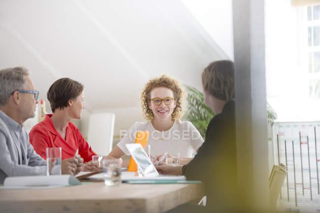 Vier Menschen bei Treffen im modernen Büro — Stockfoto