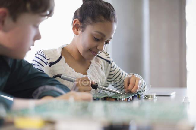 Saldatura del circuito in aula gli studenti — Foto stock