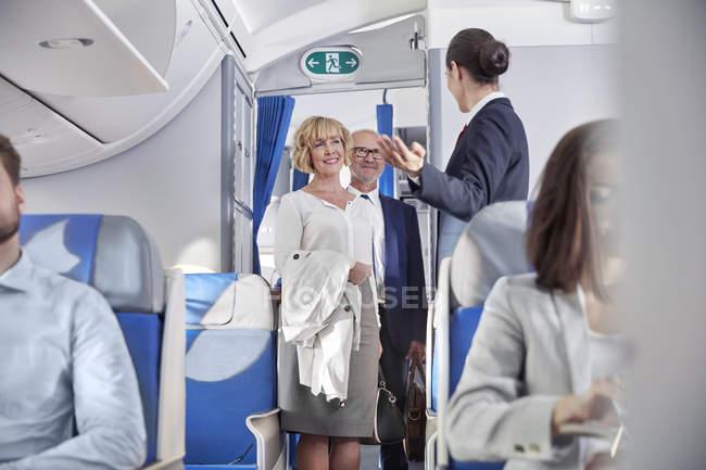 Auxiliar de vuelo pasajeros abordar el avión de felicitación - foto de stock