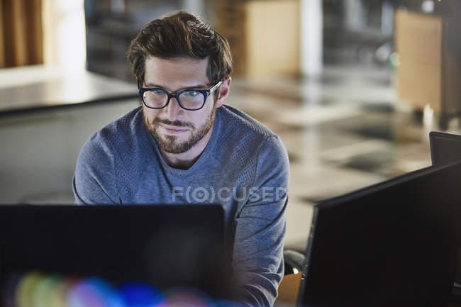 Empresario que trabaja en la computadora en la oficina moderna - foto de stock