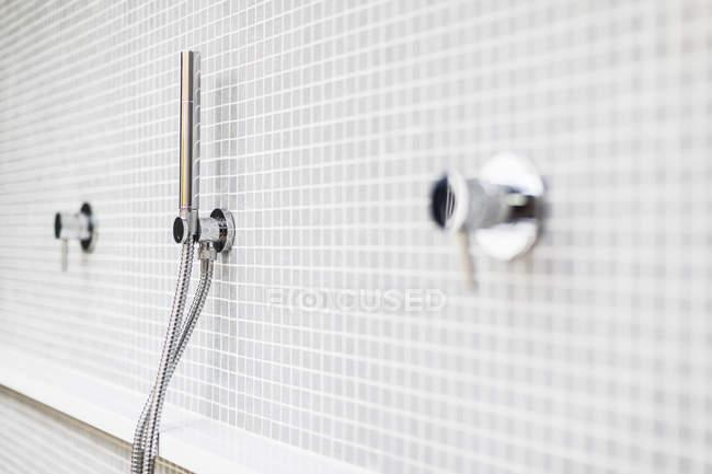 Fechar a torneira do chuveiro moderno, minimalista casa vitrine — Fotografia de Stock
