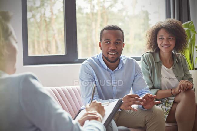 Pareja escuchando a terapeuta femenina en sesión de terapia de pareja — Stock Photo
