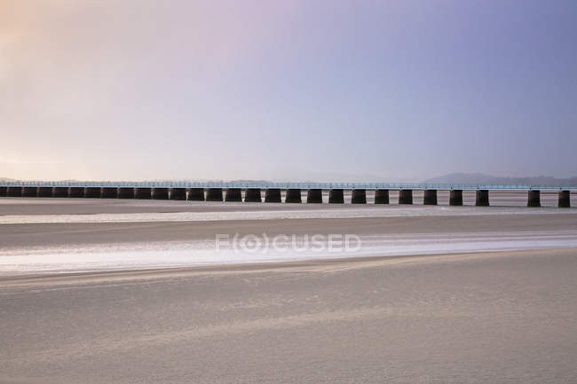 Paisible jetée enjambant l'estuaire sable, Arnside Lancs, Royaume-Uni — Photo de stock