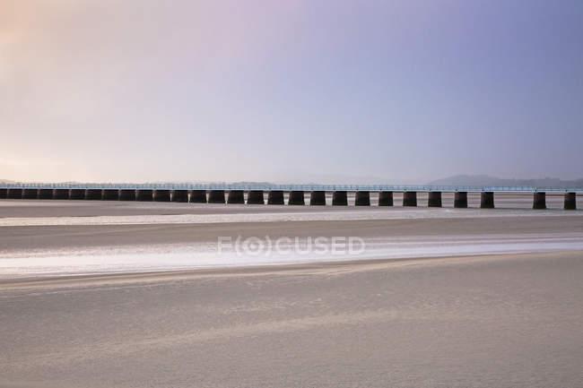 Jetée tranquille au-dessus de l'estuaire sablonneux, Arnside Lancs, Royaume-Uni — Photo de stock