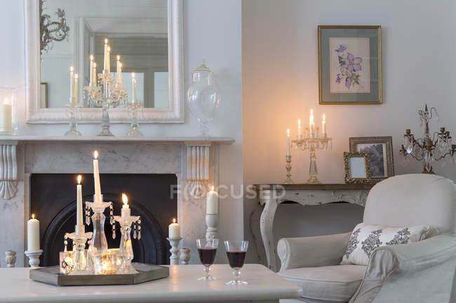 При свечах роскошь дома витрина интерьер гостиной с камином — стоковое фото