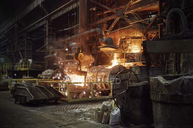 Geschmolzene Ofen im Stahlwerk — Stockfoto