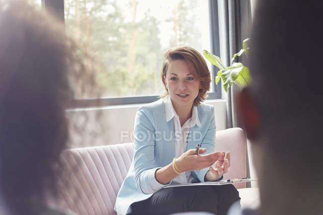 Terapeuta hablando con pareja en sesión de terapia de pareja - foto de stock