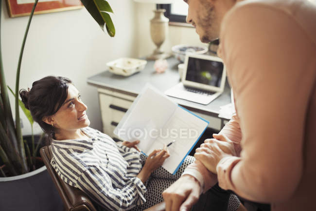 Бізнес-леді обговорення документів з колегою в офісі — стокове фото
