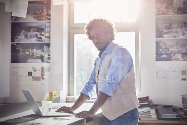 Progettista grafico maschio fiducioso di ritratto — Foto stock