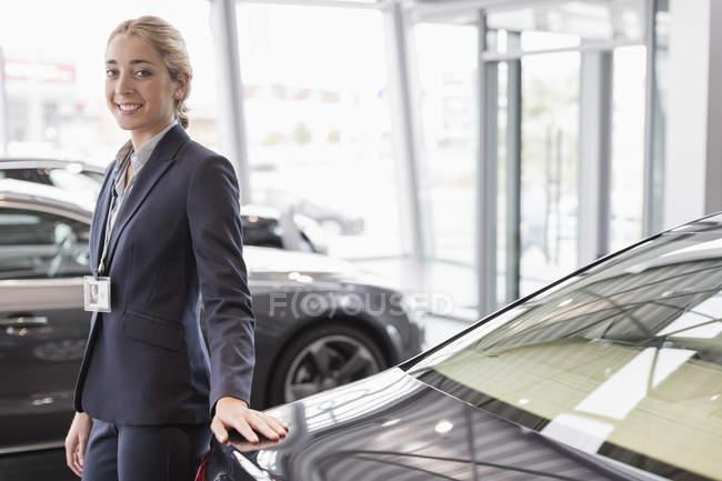 Porträt selbstbewusste Autoverkäuferin im Autohaus — Stockfoto