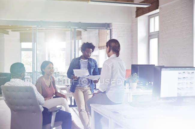 Riunione di uomini d'affari, discussione di pratiche burocratiche in ufficio — Foto stock