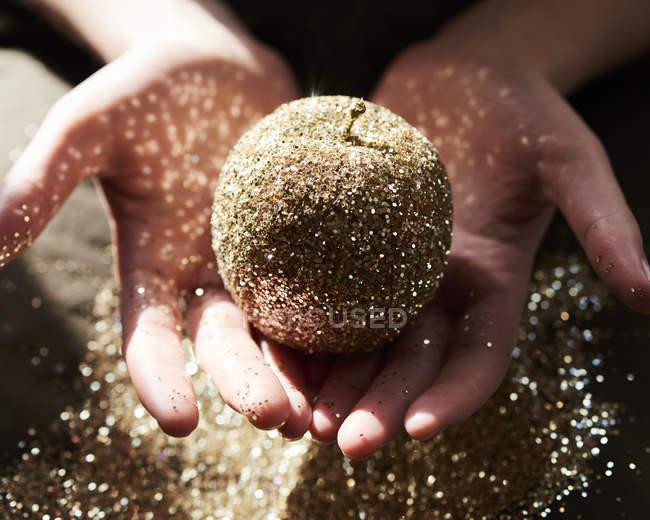 Руки, купирования яблоко Золотой глиттер — стоковое фото