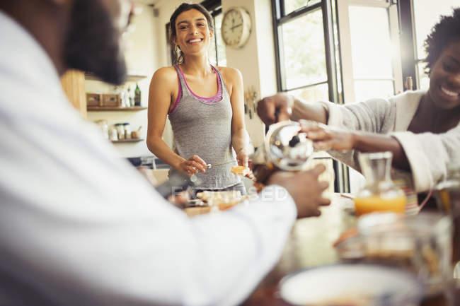 Coinquilini amico godendo colazione al tavolo — Foto stock