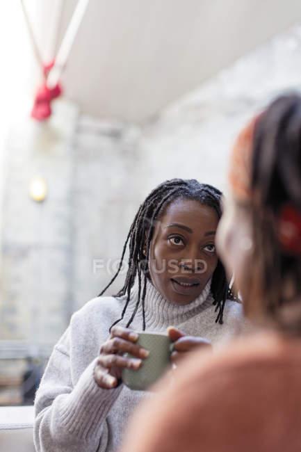 Женщины друзей говорить и пить кофе — стоковое фото