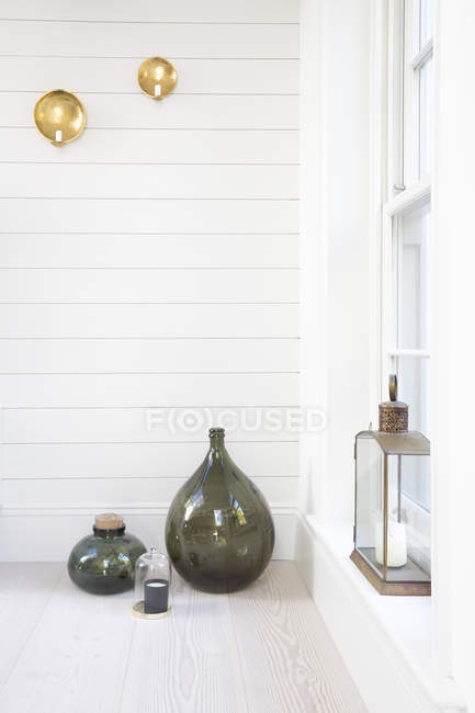 Vases and lanterns on porch — Stock Photo