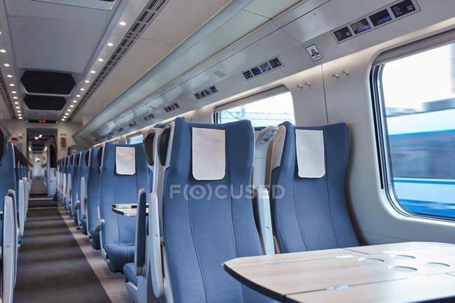 Места и стол на свободном пассажирском поезде — стоковое фото