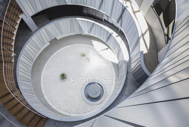 Blick von oben runder, moderner Bürohof-Atrium — Stockfoto