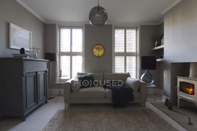Casa de lujo salón escaparate con estufa de leña - foto de stock