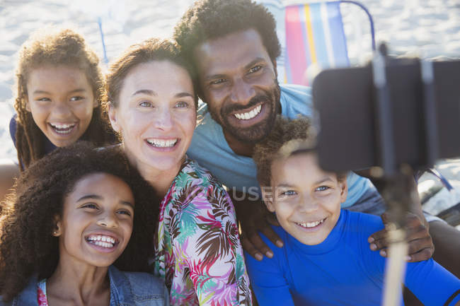 Souriant, héhé multiethnique prenant selfie avec téléphone appareil photo de selfie bâton sur la plage — Photo de stock
