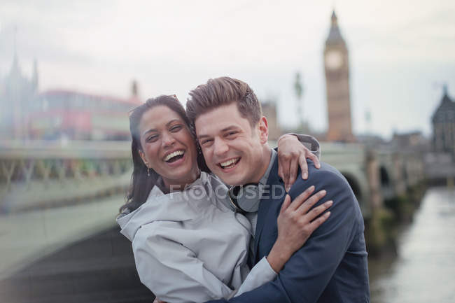 Portrait enthousiaste, riant touristes couple debout à Westminster Bridge, London, Uk — Photo de stock