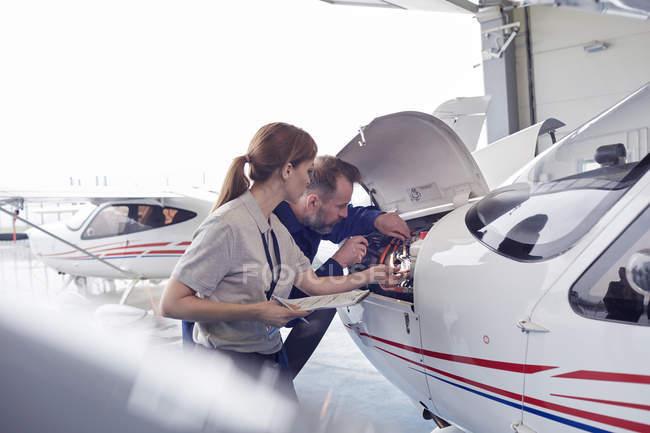 Инженер-механика, работает на движке самолет в ангаре — стоковое фото