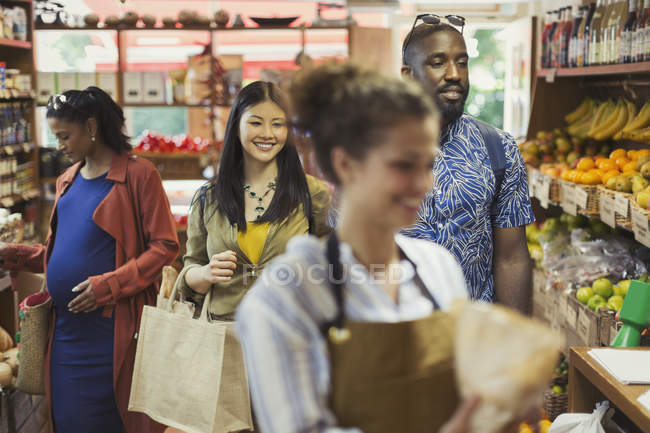 Personnes, faire du shopping dans le magasin d'alimentation — Photo de stock