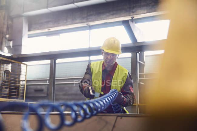 Stahlarbeiter mit Ausrüstung im Stahlwerk — Stockfoto