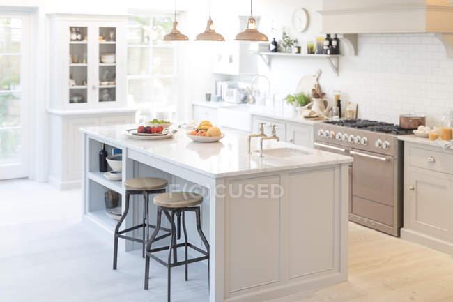 Cocina vitrina hogar de lujo - foto de stock