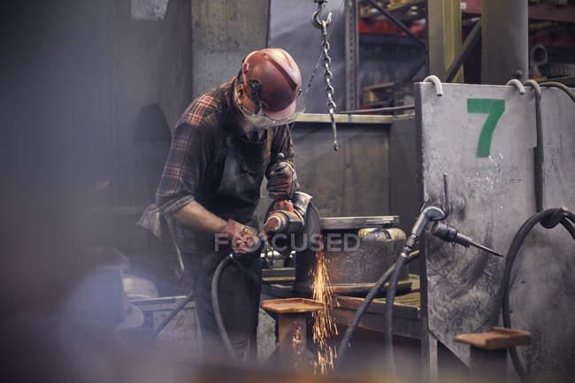 Stahlarbeiter mit Drehbank im Stahlwerk — Stockfoto