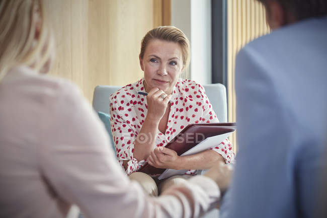 Terapeuta escucha a pareja en sesión de terapia de pareja - foto de stock