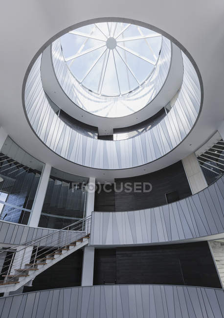 Стекло окна Ротонда архитектуры в современном офисе Атриум — стоковое фото