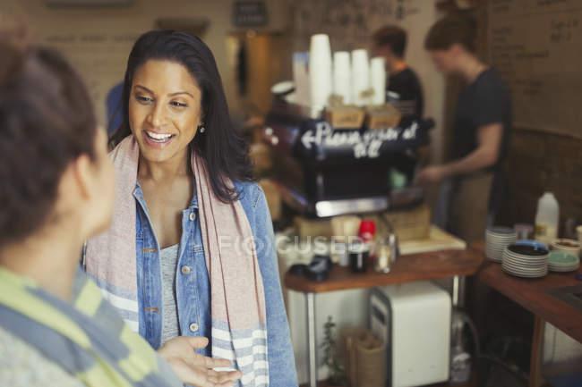 Женщины друзья говорят в кафе — стоковое фото