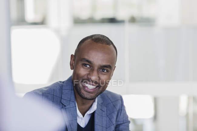 Lächelnder, begeisterter Geschäftsmann hört bei Treffen zu — Stockfoto