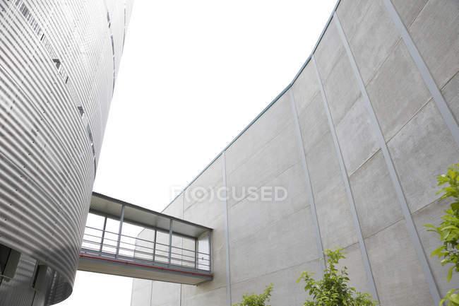 Архітектурні у сучасній будівлі з підвищеними доріжки — стокове фото