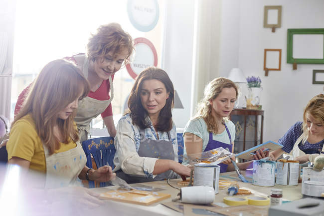 Female artists painting in art class workshop — Stock Photo