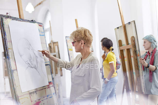 Female artists sketching in art class studio — Stock Photo