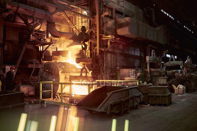 Geschmolzene Ofen in dunklen Stahlwerk — Stockfoto