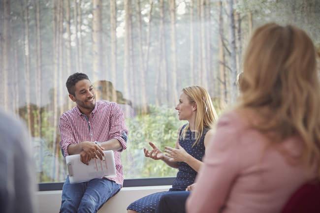 Чоловічий терапевт слухає в групової терапії сесії говорити жінка — стокове фото