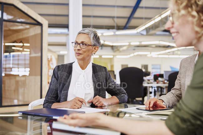 Деловая, прослушивания в конференц-зале в современном офисе — стоковое фото
