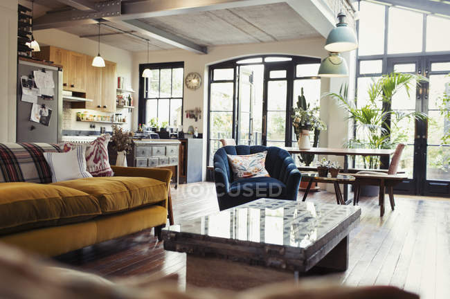 Главная витрина открытого плана гостиная, столовая и кухня — стоковое фото
